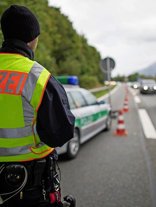 Seit 2015 wird an der deutsch-österreichischen Grenze wieder kontrolliert.  | Foto: dpa