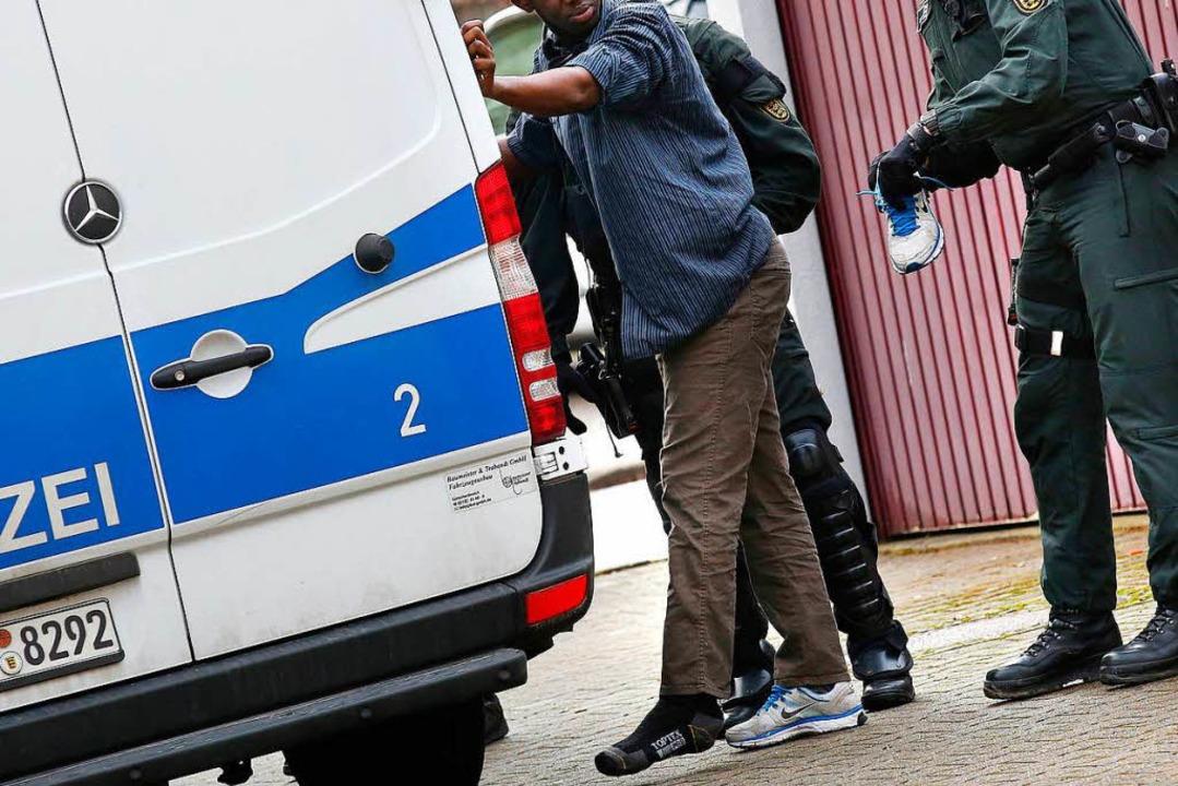 Sind Zuwanderer krimineller als schon ...chland lebende Ausländer und Deutsche?  | Foto: dpa