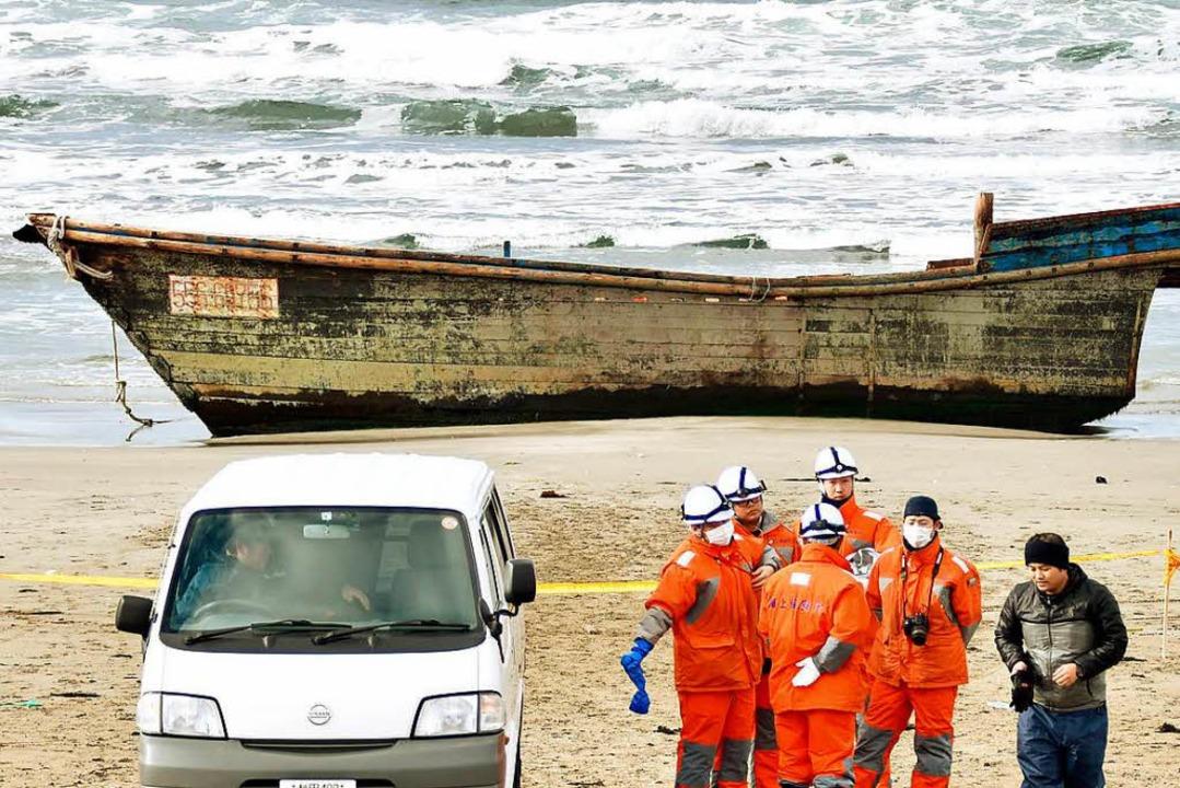 Angespültes Boot in der japanischen Präfektur Akita  | Foto: dpa