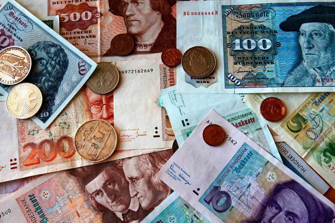 Der Anblick von D-Mark-Noten und Münze... alte Geld jedoch täglich umgetauscht.  | Foto: dpa
