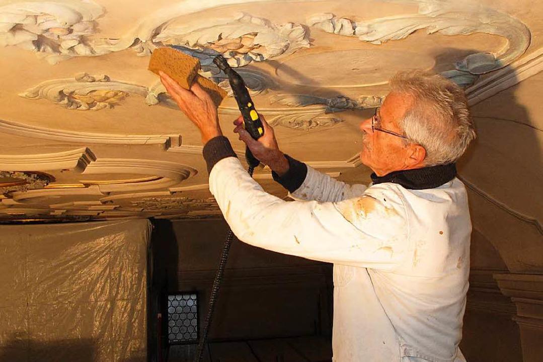 Ein Stuckateur bei der Arbeit an der Decke der Kirche  | Foto: privat