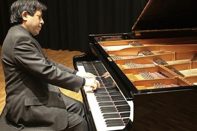 Pianist Vladimir Valdivia spielt Klavierwerke in der Klinik Wehrawald.
