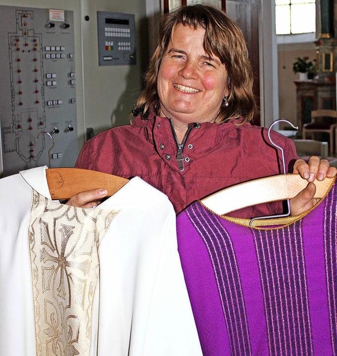 Susanne Eberle mit Messgewändern   | Foto: Mario Schöneberg