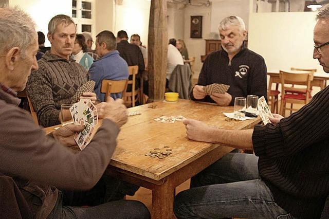 Cego und Bohnenspiel bei Wein, Bier und Würstchen