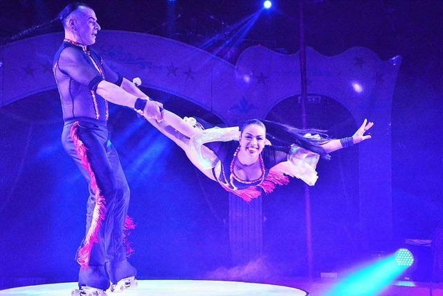 Michele Ferrandino und Marina Curci rollen durch den Lörracher Weihnachtscircus