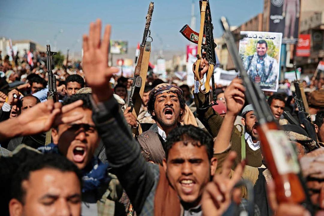 Bewaffnete demonstrieren im Jemen gegen Saudi-Arabien.    Foto: dpa