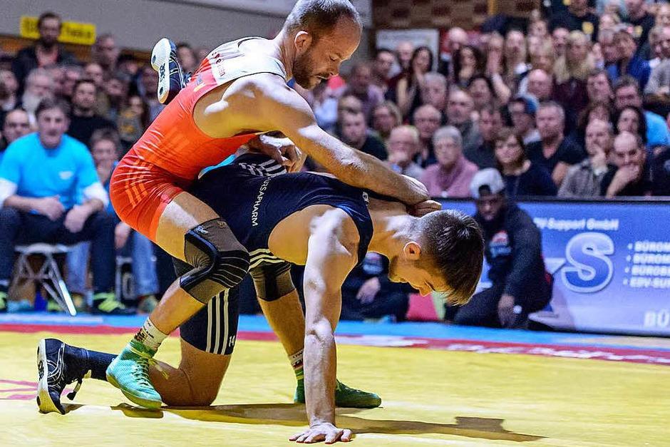 Auftaktsieg: TuS-Fliegengewichtler Marcel Ewald (links) bezwang den amtierenden deutschen Meister Viktor Lyzen. (Foto: Gerd Gründl)