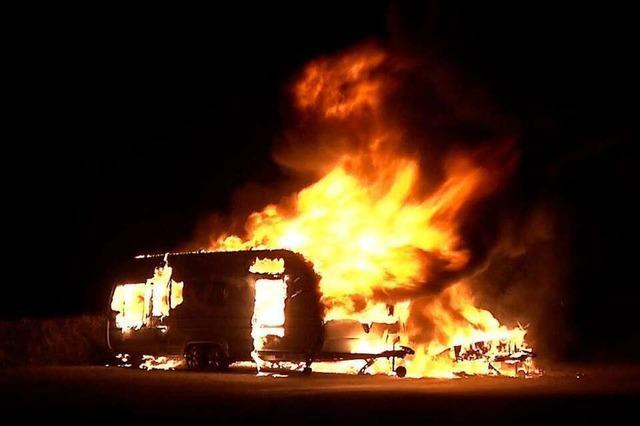 Zwei Wohnwagen gehen in Flammen auf