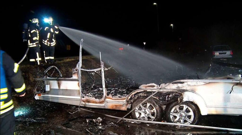 Die Feuerwehr konnte die Fahrzeuge nicht mehr retten.  | Foto: Wolfgang Künstle