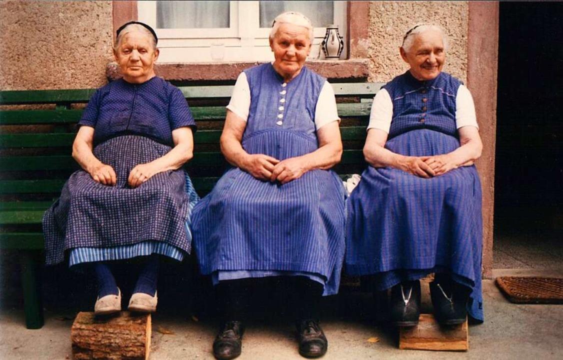 Alt-Bäuerin Ida Tritschler (Mitte) mit...n Theresia (links) und Franziska Flamm  | Foto: Privat