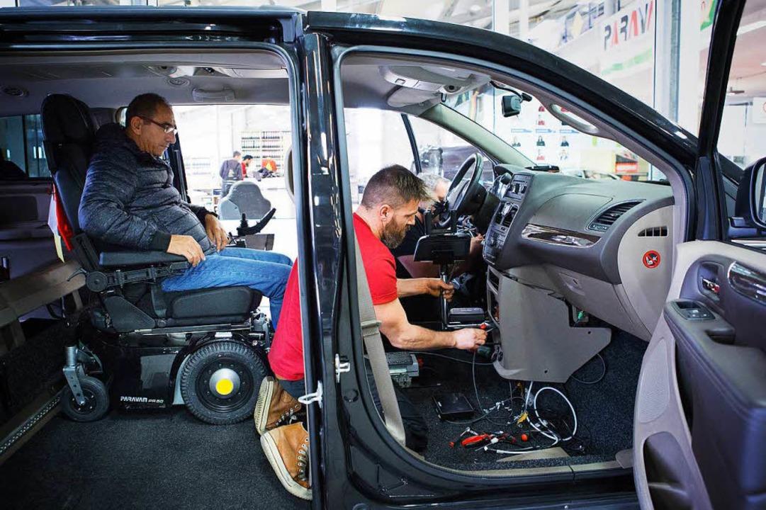 Handhebel statt Pedale: Dieses Fahrzeug lässt sich vom Rollstuhl aus steuern.  | Foto: -