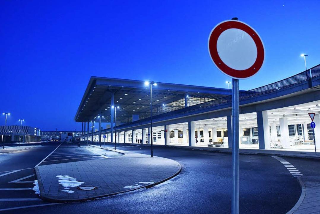 Der Berliner Hauptstadtflughafen BER k... irgendwann fertig werden. Vielleicht.  | Foto: dpa