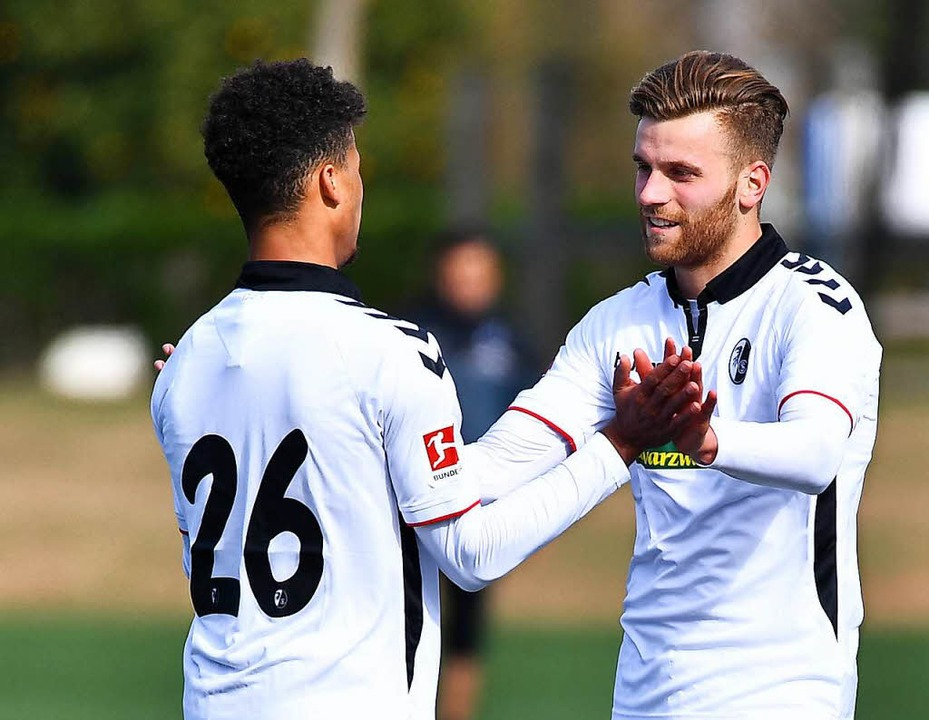 Lucas Höler (rechts) hat den  SC Freib...nen Treffer zum 2:0 mit Chima Okoroji.  | Foto: Achim Keller