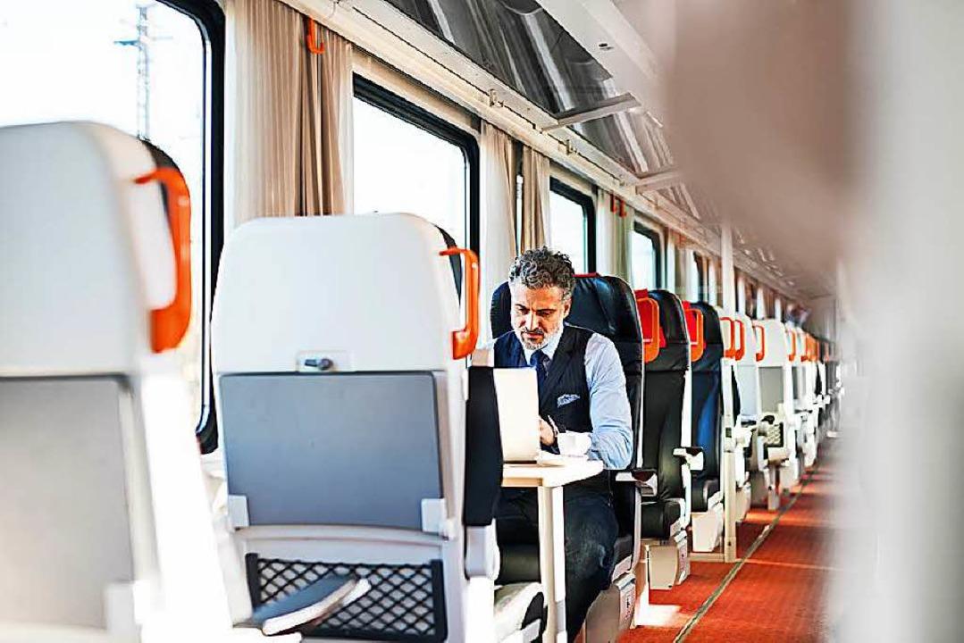 Der Zug als Arbeitsplatz: Für viele Pendler ist das tagtäglich der Fall.  | Foto: Halfpoint/Fotolia.com