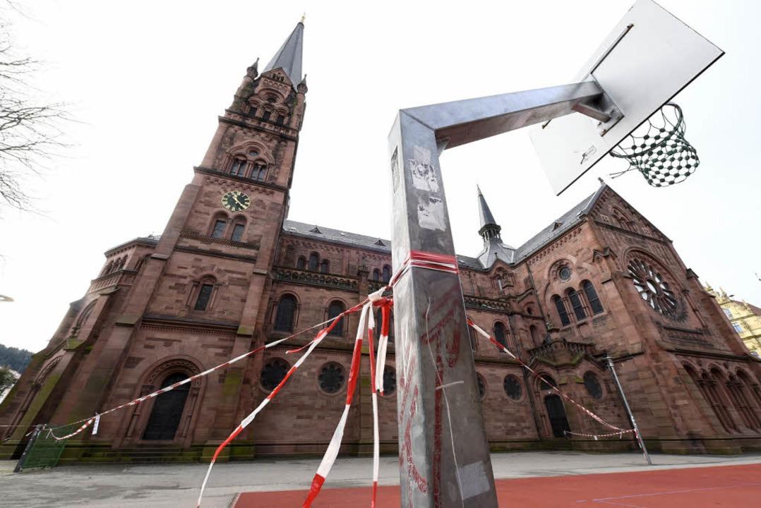 Am Nordturm der Johanneskirche lockert...e Ziegel. Der Dachdecker ist bestellt.    Foto: Thomas Kunz