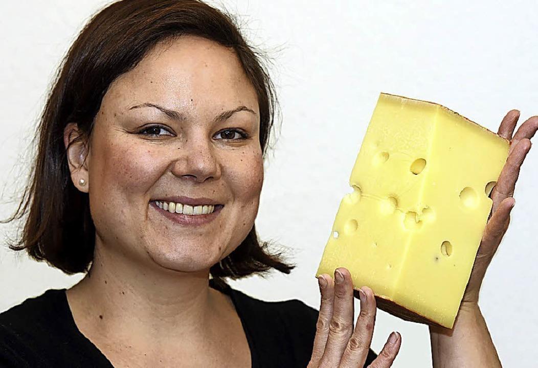 Käsefachfrau Sandra Elmlinger mit einem Stück Emmentaler    Foto: Thomas Kunz