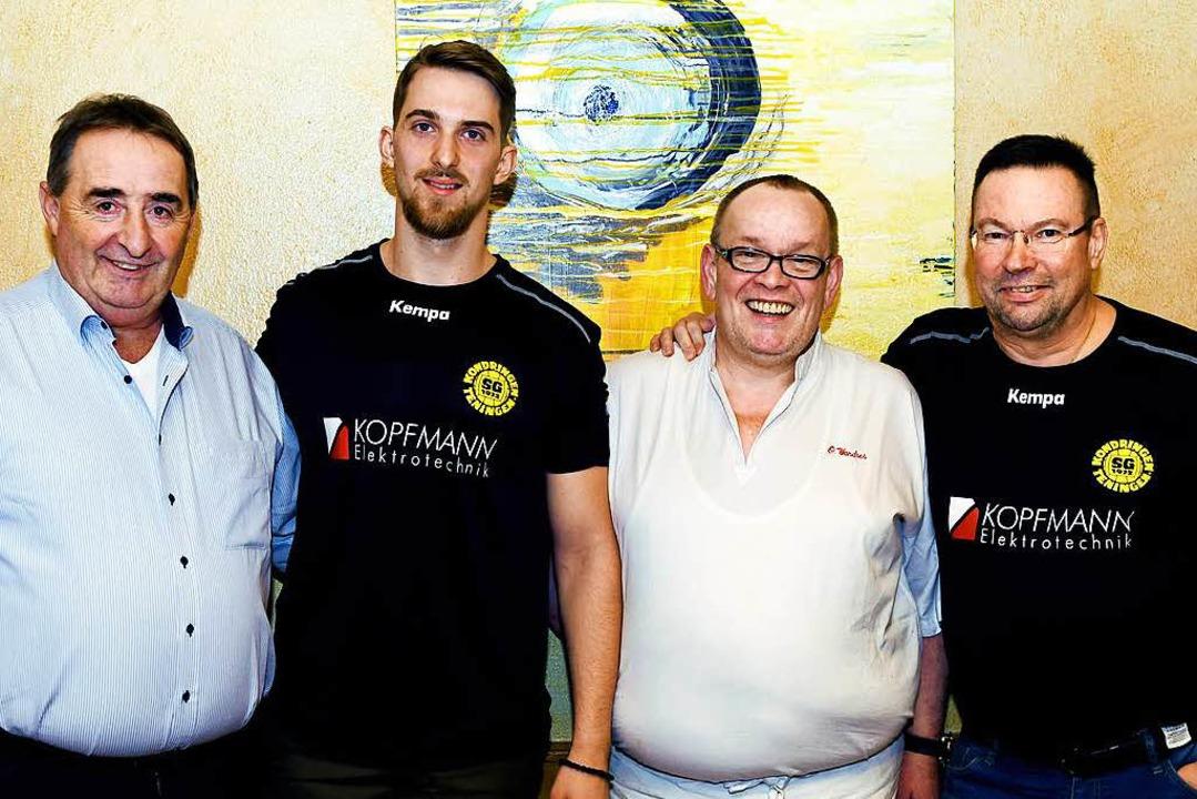 Nemanja Skrobic (Zweiter von links) is... des Teninger Trainers   Ole Andersen.    Foto: Barbara Wendling