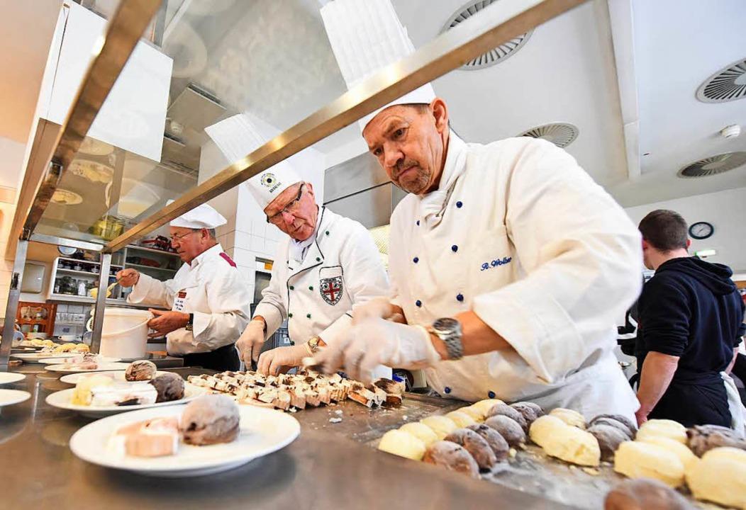 Die Köche vom Freiburger Kochclub und vom Laurentiusorden bei der Zubereitung    Foto: Rita Eggstein