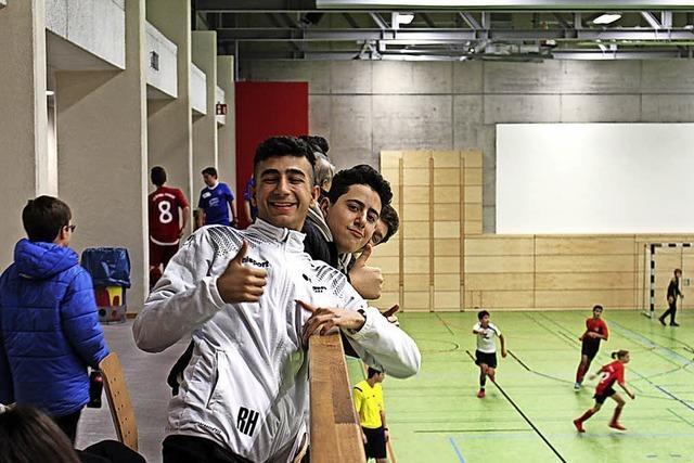 Junge Kicker in der neuen Halle