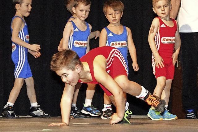 Kleine und große Athleten bieten gemeinsam eine Riesenshow