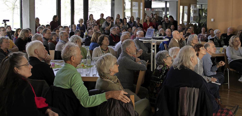Gebannt lauschen die Zuhörer im übervo...erpunktmäßig über Wildbienen forscht.   | Foto: Judith Reinbold/dpa