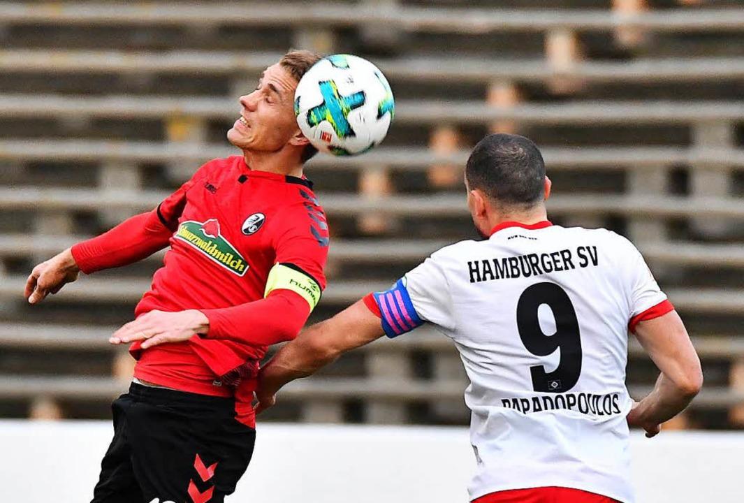SC-Stürmer Nils Petersen im Duel mit Hamburgs Papadopoulus  | Foto: Achim Keller