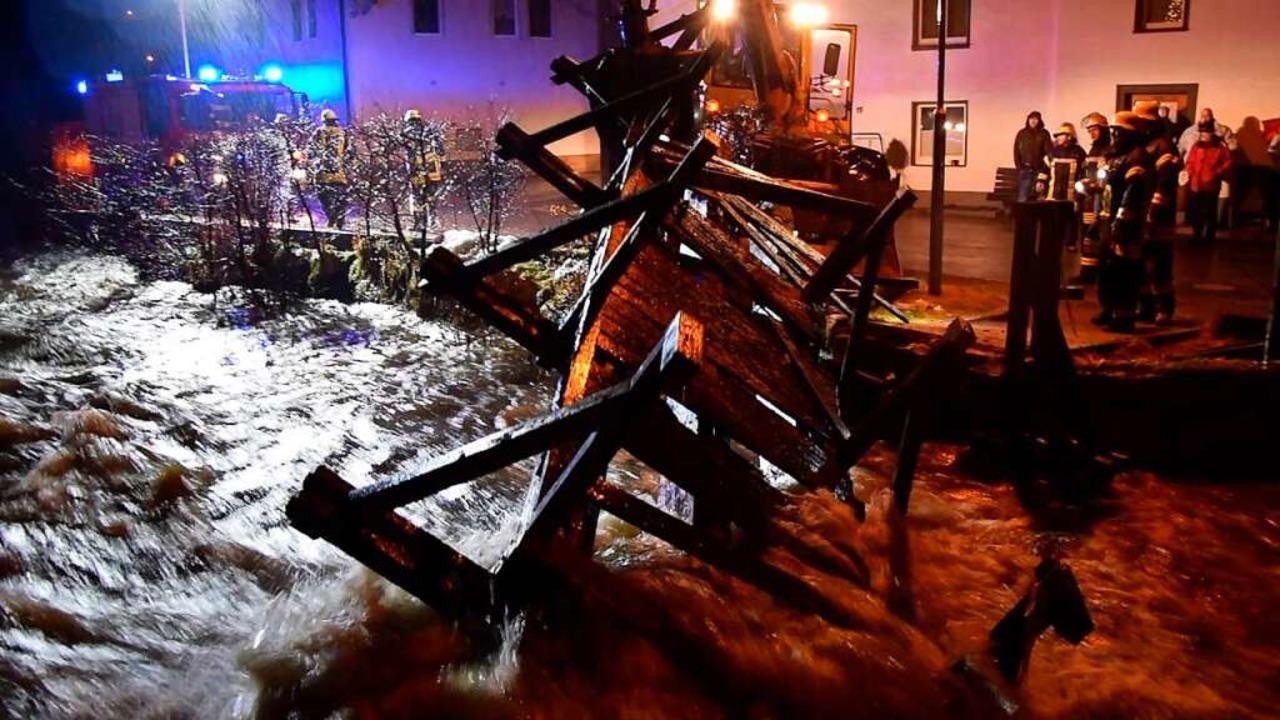 Eine Brücke musste abgerissen werden.  | Foto: kamera24.tv