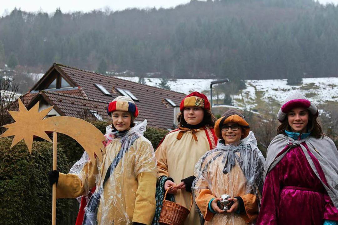 Trotzen dem Regen: Die Sternsinger sind in Aitern am Belchen unterwegs.    Foto: Katharina Bartsch