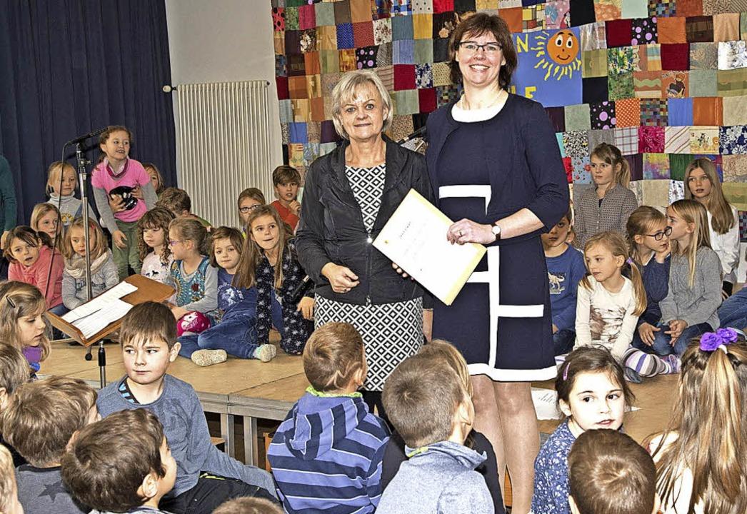 Ausgezeichnet wurde die Sonnenbergschu...e Rektorin Monika Lang das Zertifikat.  | Foto: Volker Münch