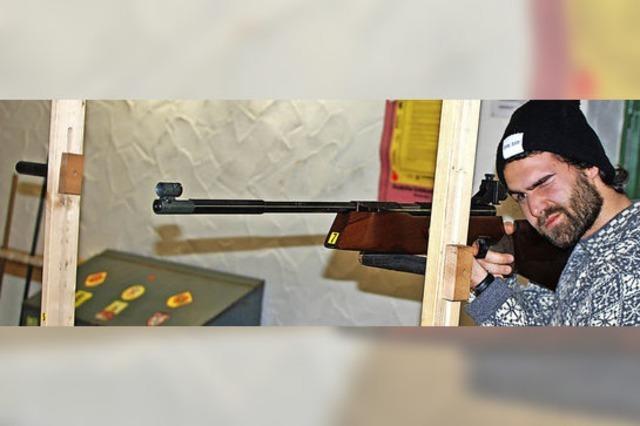 BZ-Mitarbeiter greift beim Brezelschießen selbst zur Waffe