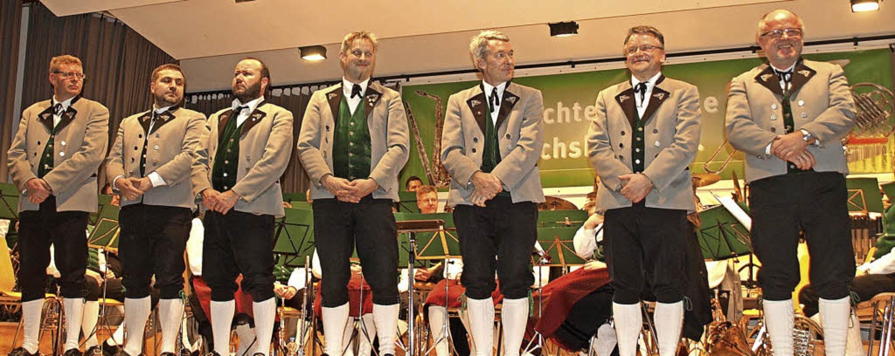 Sieben verdiente Mitglieder der Tracht...ger uns Thomas Vogelbacher (von links)  | Foto: Karin Stöckl-Steinebrunner