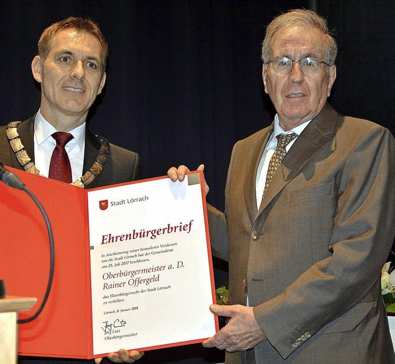 OB Jörg Lutz übergibt den Ehrenbürgerb...-Vorgänger Rainer Offergeld (rechts).   | Foto: Barbara Ruda