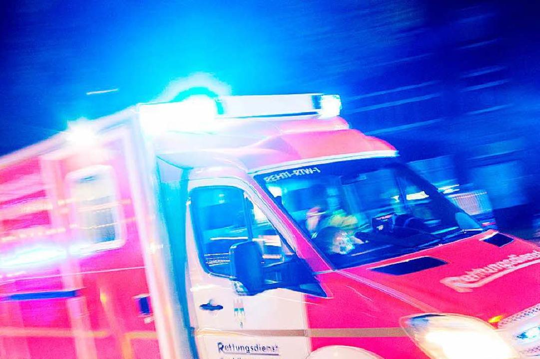 Die beiden Schwerverletzten wurden vom Rettungsdienst ins Krankenhaus gebracht.  | Foto: dpa