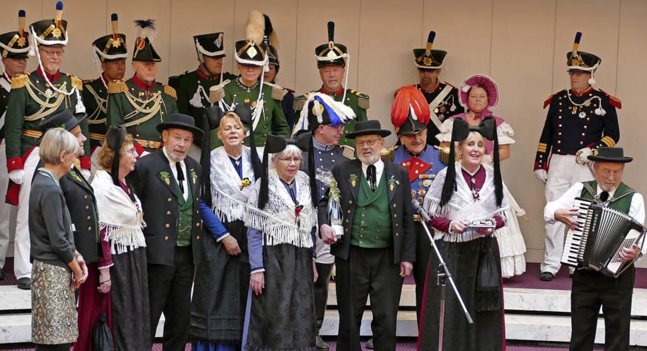 Die Landrätin (vorne links) bekommt ei...erstühler Trachtengruppe aus Ihringen.  | Foto: Sebastian Wolfrum