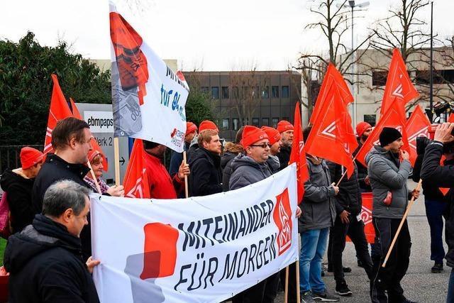 Mitarbeiter des Automobilzulieferers EBM-Papst streiken in Herbolzheim