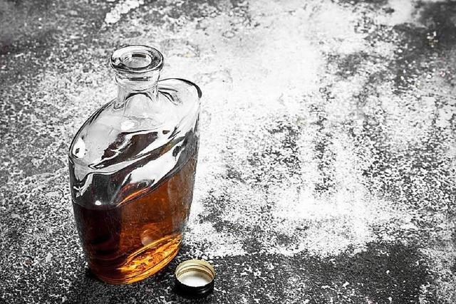 Polizist ertappt Frau, die Whiskey klauen möchte