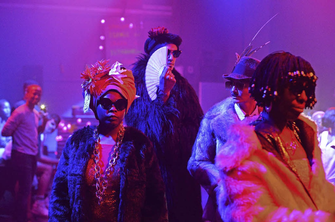 """Szene aus der Performance """"Pink Money"""" in der Kaserne Basel     Foto: Suzy Bernstein"""