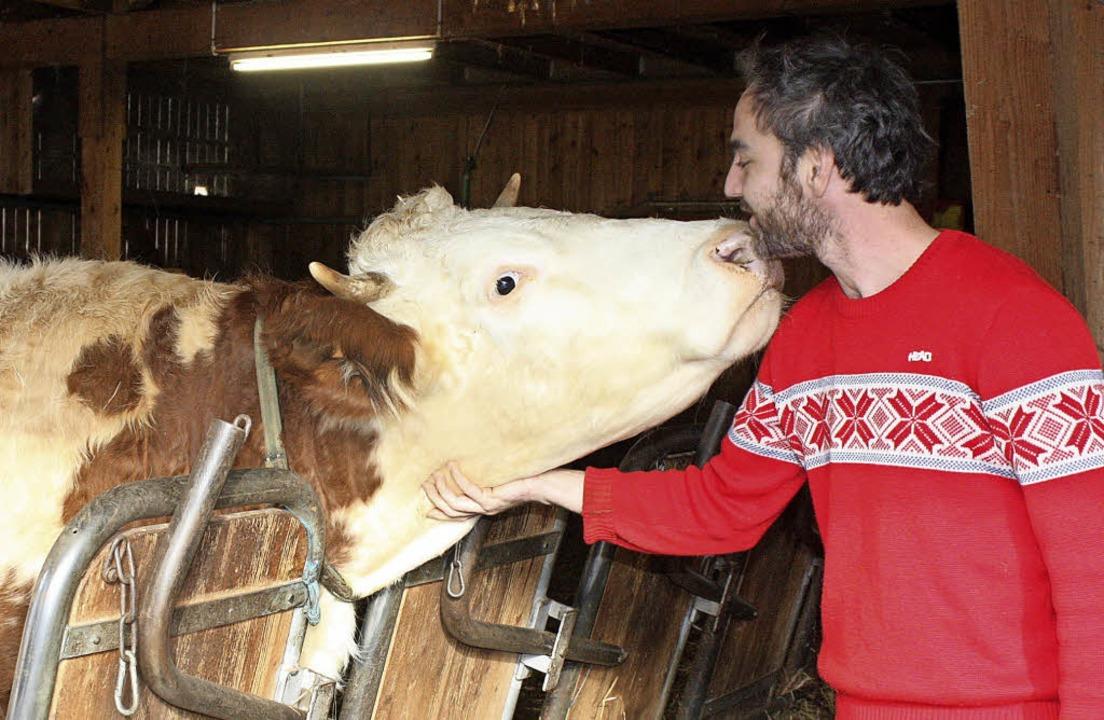 Milchkuh Angelika und Landwirt Johanne...0 Gemüse- und Getreidearten angebaut.   | Foto: Barbara Schmidt