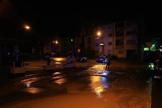 Aufräumarbeiten nach Wasserrohrschaden in der Gerwigstraße laufen
