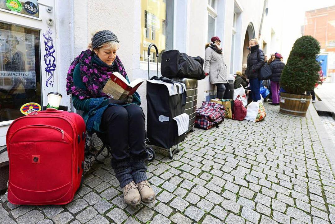 Immer wieder bilden sich dienstagmorge... angekauft wird, lange Warteschlangen.  | Foto: Ingo Schneider