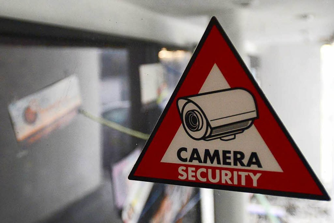 Ein Hinweisschild vor einer Bar in Freiburg: Hier läuft eine Kamera.  | Foto: Ingo Schneider
