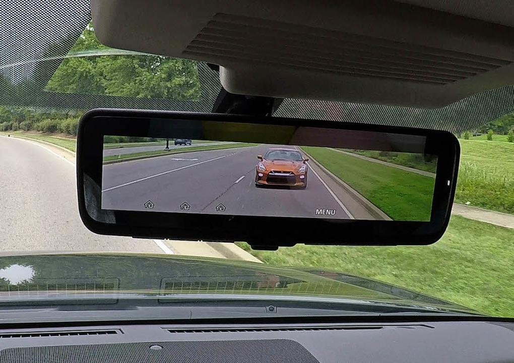 Im Geländewagen Armada bringt Nissan e...el, der Kamerabilder einblenden kann.   | Foto: Nissan/dpa