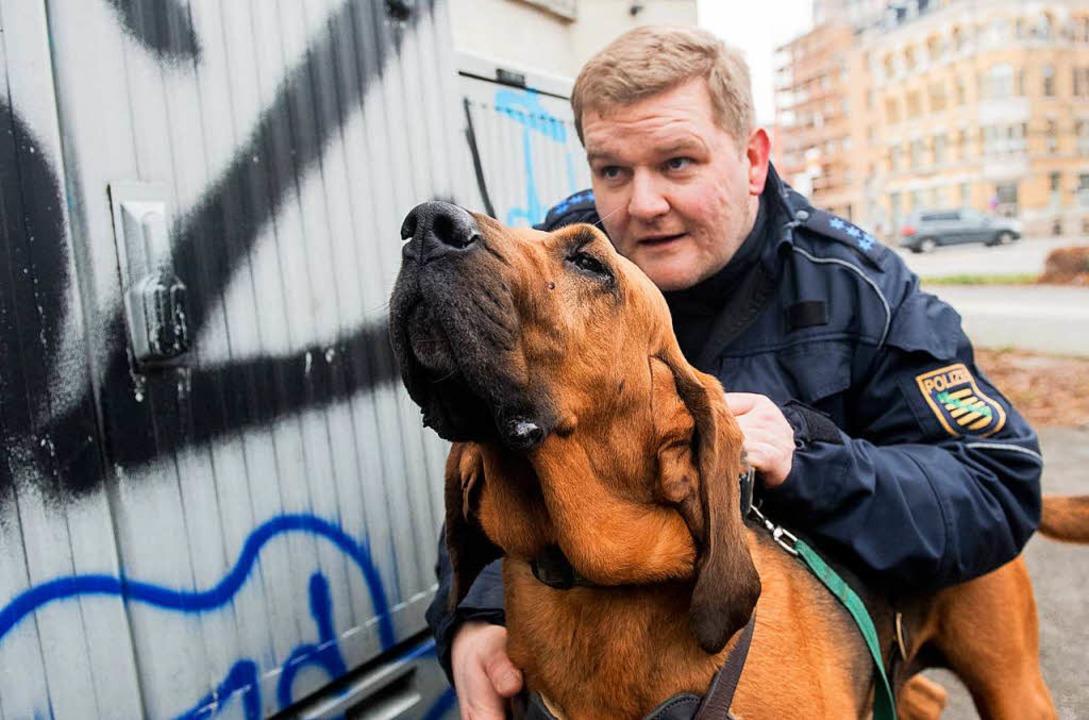 Hundeführer Ralf Blechschmidt mit Bloodhound Hermine  | Foto: dpa