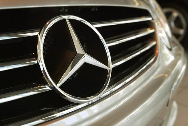 Unbekannter traktiert Mercedes mit Hammer