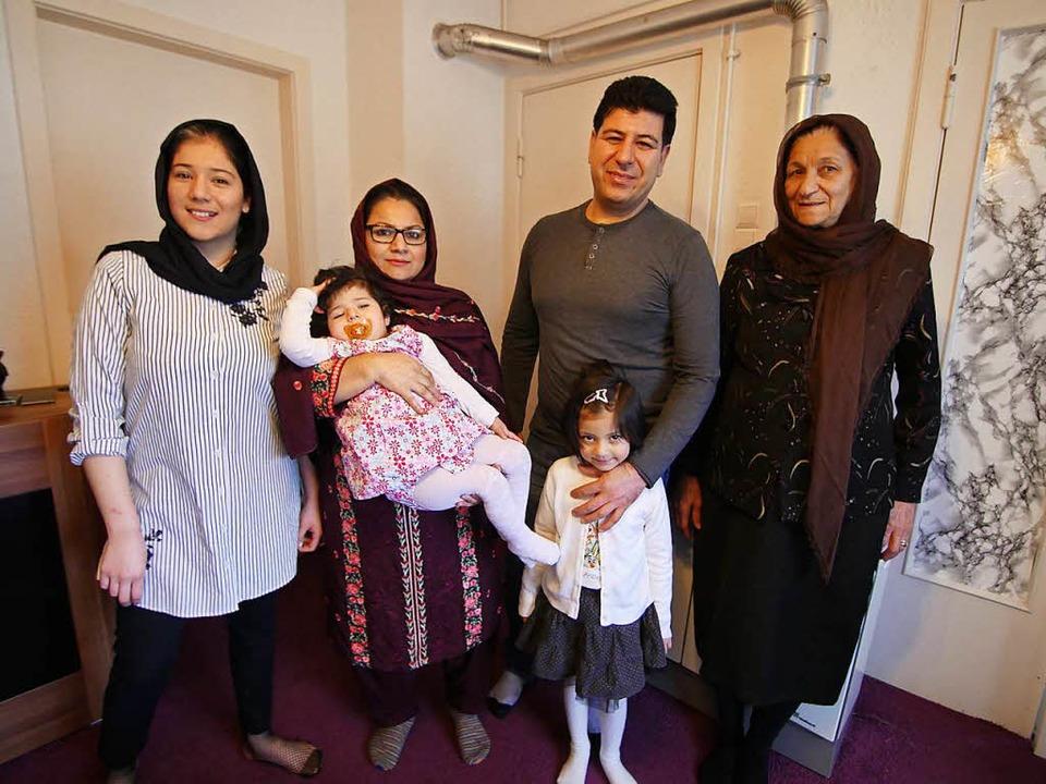 Angekommen: Familie Nasiri, hier Zahra...r Kazem, Tochter Tina und Tante  Samia  | Foto: Jannik Jürgens