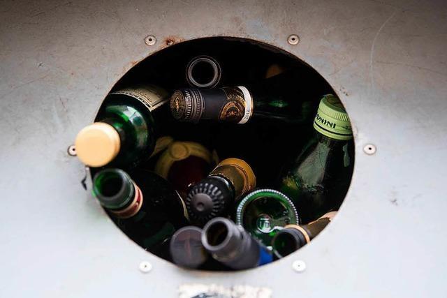 Frau wird am Glascontainer mit Flaschen beworfen