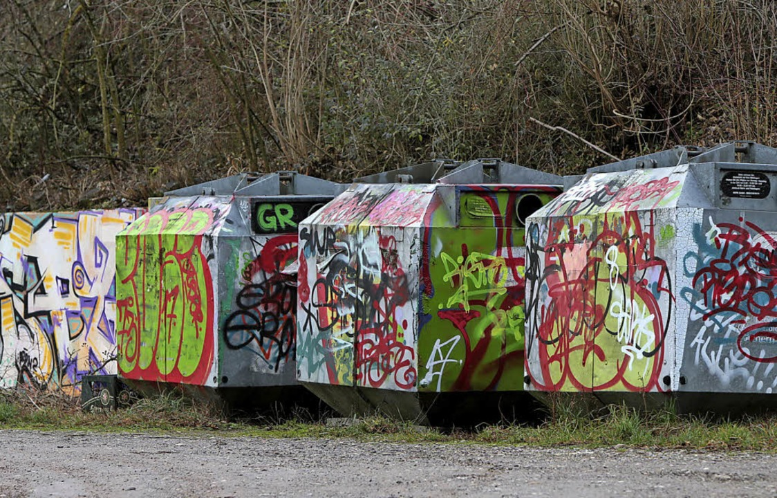 Die besprühten Altglascontainer beim SV Oberweier    Foto: Christoph Breithaupt