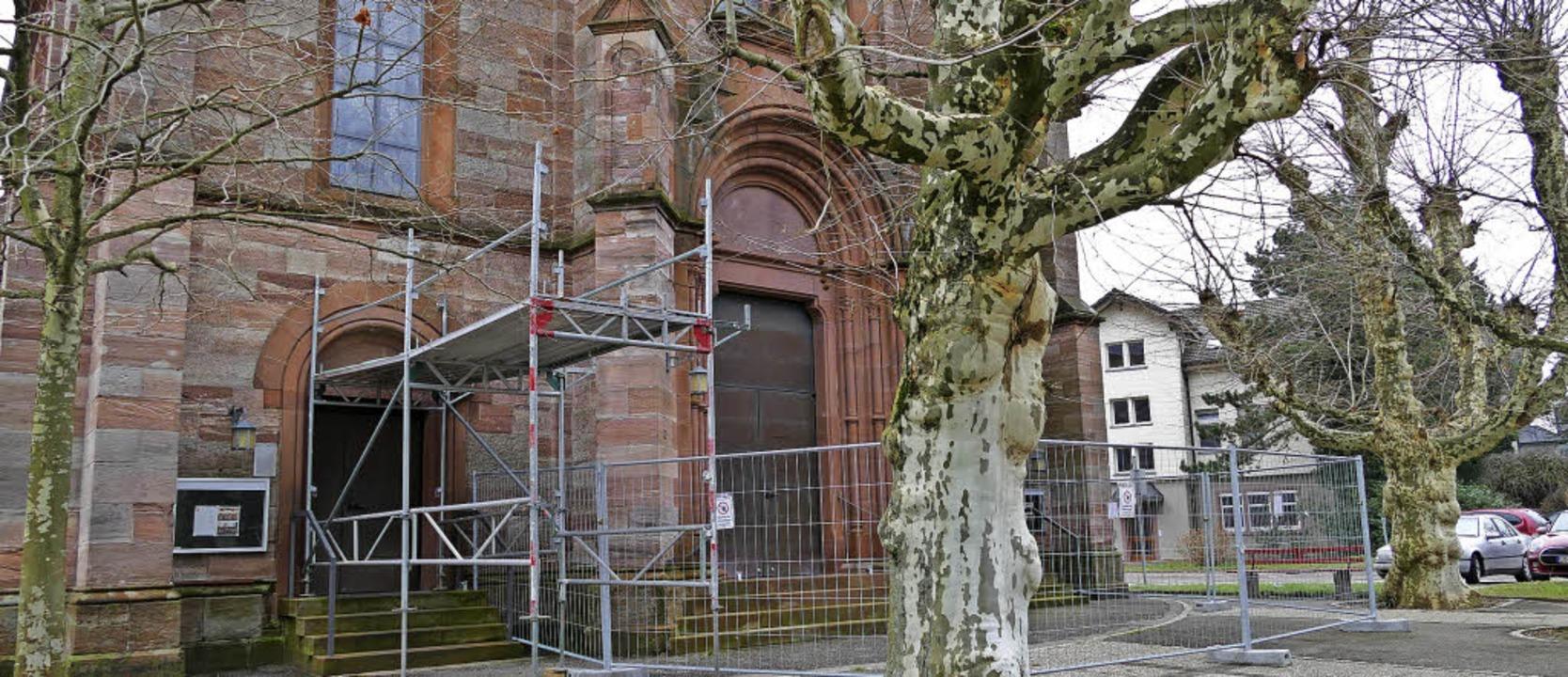 Die Sanierung der katholischen Kirche ...7 kleinere Steine von der Fassade ab.     Foto: Lea Rollbühler