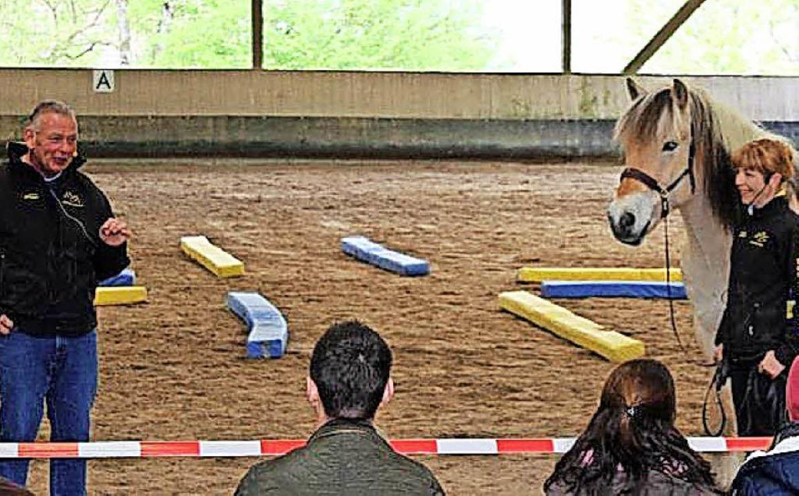 Pferdetrainer Michael Geitner (links) beim Reitverein   | Foto: Verein