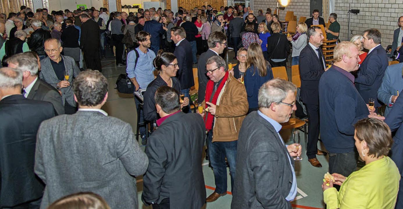 Nach  Neujahrsrede, Talkrunde, Vortrag und  Musik blieb Zeit fürs Gespräch.  | Foto: Olaf Michel